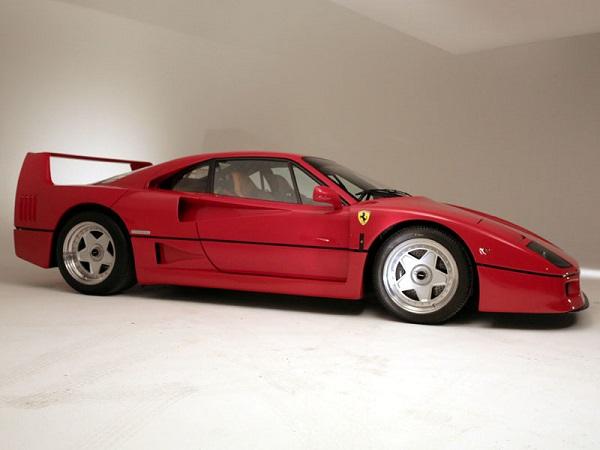 Una Ferrari F40, con gli interni in pelle, va all'asta.