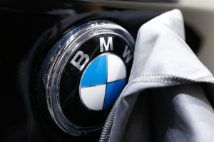 epa05100087 A worker polishes a BMW logo on a car during the inauguration of the Brussels Motor Show in Brussels, Belgium, 13 January 2016. The Motor show will run from 14 to 24 January.  EPA/LAURENT DUBRULE