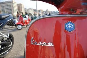 Una Vespa che partecipa al raduno contro l'ordinanza del sindaco Marco Doria, Genova, 24 gennaio 2016. L'ordinanza dal 4 aprile non permetterà la circolazione per i mezzi piu' inquinanti euro 0, tra cui proprio il mitico mezzo di trasporto a 2 ruote.  ANSA/LUCA ZENNARO