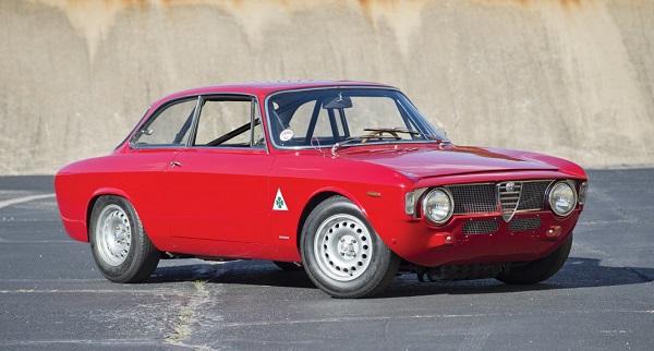 Un'Alfa Romeo Giulia Sprint GTA in versione stradale del 1965 all'asta.