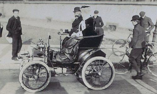 Renault compie 120 anni, la prima vettura Type A costruita in una casetta e venduta nel 1898.