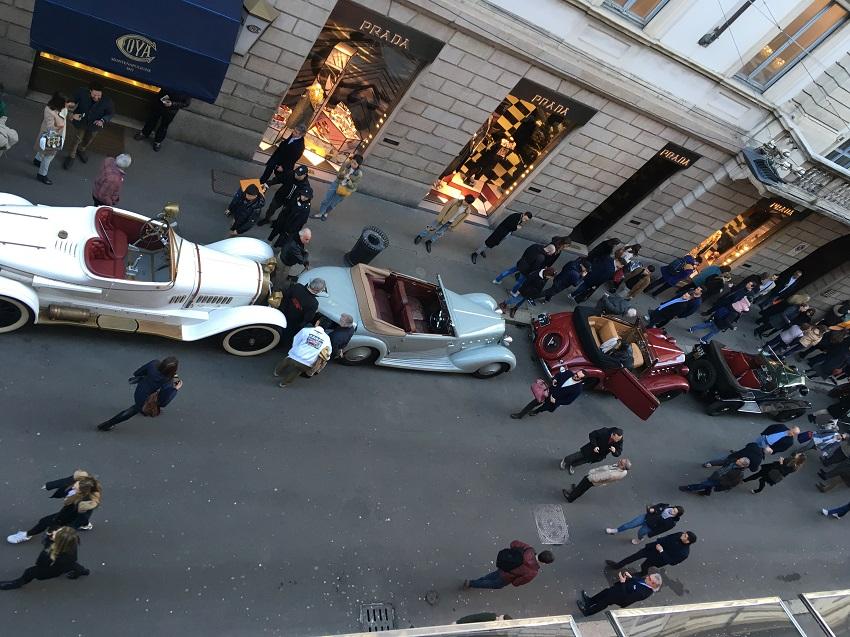 Sfilata di gioielli a quattro ruote nel centro di Milano