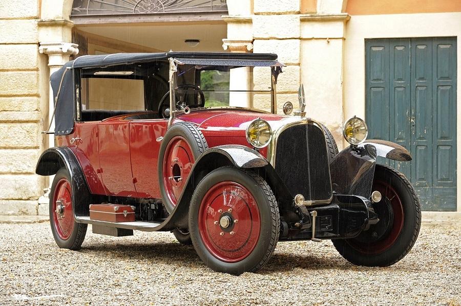 La rara Avions Voisin del Museo Nicolis in scena a Padova con nella Parigi degli anni '20.