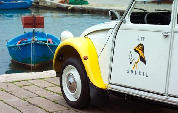 Citroen 2CV Soleil: auto d'epoca o edizione speciale?