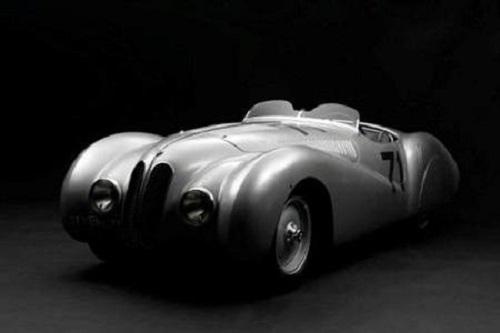 La Mercedes fa gli auguri di buon compleanno alla BMW.