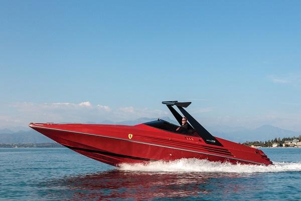 Riva Ferrari 32: due miti si uniscono per un prodotto d'eccellenza.