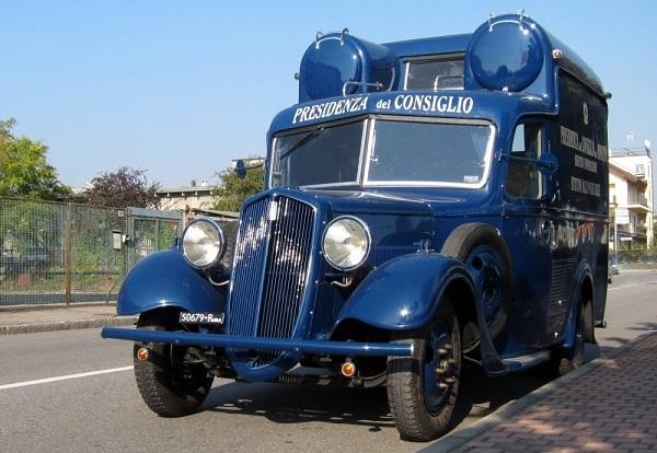 Torna il cinema nelle strade con un veicolo d'epoca.