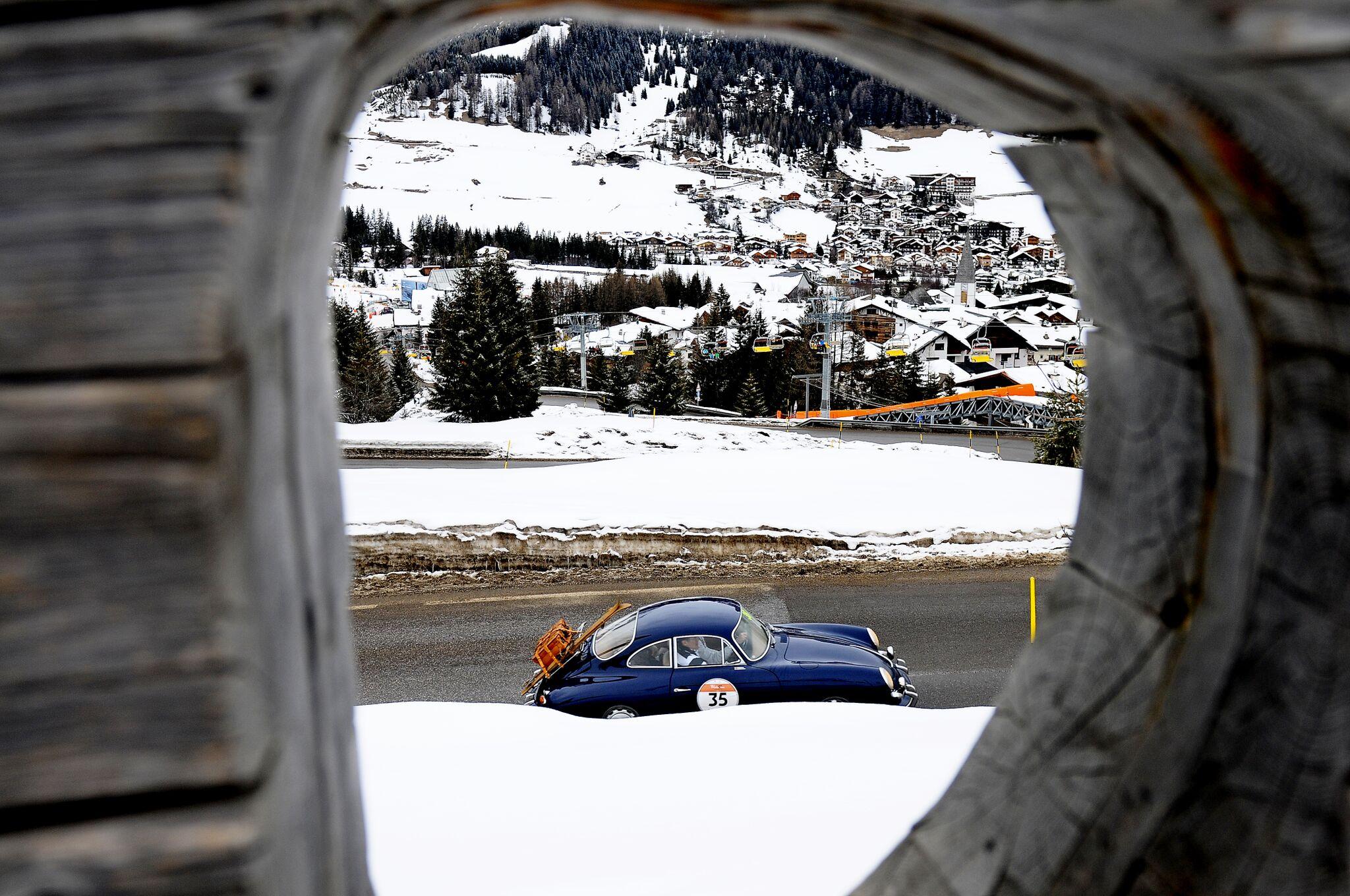 """WinteRace 2018: sfilano a Cortina le """"regine vintage"""" e le Porsche moderne tra glamour e competizione."""