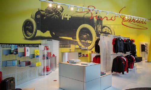 Libri storici su storia Ferrari in vendita per beneficenza.